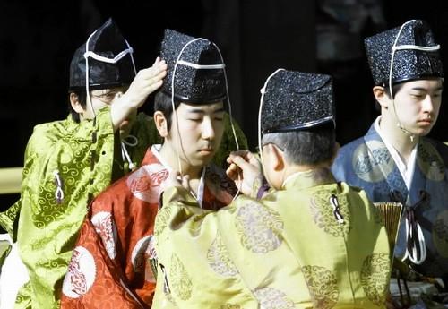 成人jipin电视_年满20岁的男女青年在成人节这天都穿上传统服装,庆祝成人