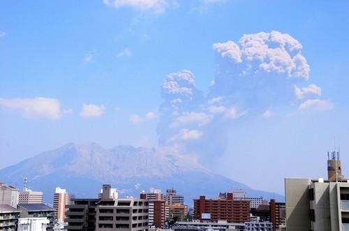 日本樱岛火山喷发:烟尘达4000米 多辆汽车被毁