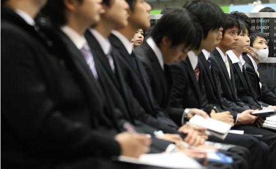 日本企业提前开展面向应届毕业生的招聘活动遭质疑