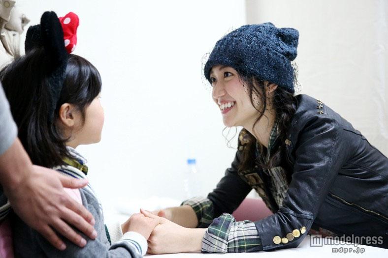 大岛优子最后一次参加AKB48全国握手会 人民网东京2月17日电 今年3月底将要毕业的大岛优子16日参加了AKB48在福冈举行的全国握手会,这是大岛作为AKB48的一员最后一次的握手会。 在握手会开始前的小型音乐会上,AKB48表演了以大岛优子为核心的曲目《无尽循环(Heavy rotation)》、《格子花纹(Gingham Check)》以及2月26日将要发售的最新单曲《勇往直前》(暂译)。 面对到场的1万2000人的粉丝,大岛优子说,即使毕业了也会仍然与AKB的各位成员一起再组织活动与各位粉丝见面