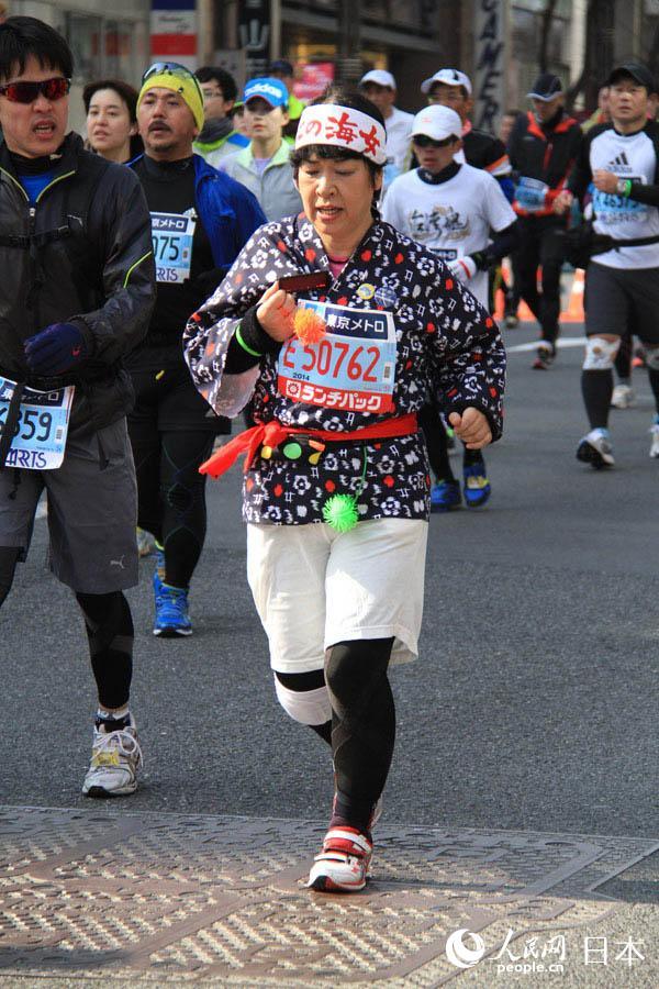 2014年东京马拉松23日举行 怪异装扮引人注目 组图