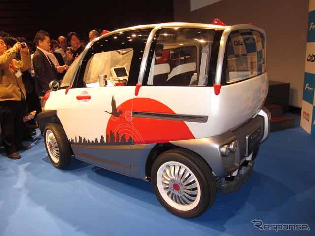 人民网东京2月24日电 (刘戈)日本频道综合日本汽车专业媒体Response的报道,近日,2013年成立的研发电动汽车的风投企业FOMM公布了一款刚刚研发出的超小型电动车Concept One。 据悉,改款车型全长2495mm,全宽1295mm,总高度1550mm,虽说是一款超小型车型,却能容纳4名大人乘坐,保证了最够的车内空间又有创新的外观。该款车将在泰国等新兴国家生产和销售。 据FOMM董事鹤卷日出的介绍,前轮组装了轮毂电机(In-wheel Motor),同时操作系统采用了与摩托车一样的手柄车把,