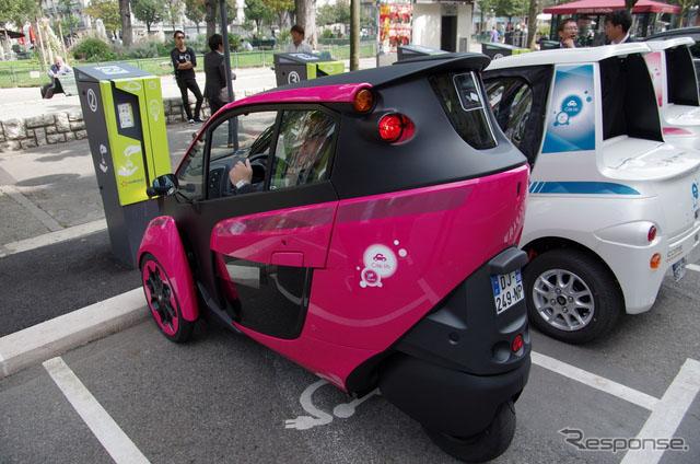 人民网东京9月26日电 (刘戈)日本频道综合日本汽车专业媒体Response的报道,10月1日开始,丰田与法国格勒诺布尔市投入小型EV车i-ROAD和丰田车体公司(Toyota Auto Body COMS)生产的Coms各35辆,参与该市的公交系统。 i-ROAD的总工程师、丰田汽车产品企划部谷中壮弘表示,在海外投入数量如此众多的i-ROAD行驶在欧洲的大街小巷,既有万千感概又有万分高兴。在12日媒体见面会之后进行的实车展示体验环节,谷中壮弘亲自披挂上阵,驾驶一辆i-ROA自由自在地行驶在跑道上。