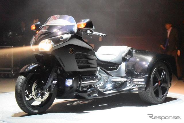 人民网东京3月30日电 (刘戈)日本频道综合日本汽车专业媒体Response的报道,经手三轮摩托车的生产与销售的日本TRIKES公司近日披露了新型三轮摩托车F6T。 据悉,F6T以本田大型两轮摩托车GOLDWING F6B为参考基础而设计的。车尾部分虽是由TRIKES公司自己设计的,但看上去和本田新型NSX一模一样。 车身规格,全长2995mm、全宽1500 mm、总高度1250mm,轴距1820mm,最低离地高度135mm。发动机直接采用GOLDWING 纯正的1832cc水平相对直列6汽缸,最高
