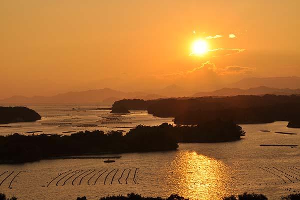 英虞湾()位于三重县志摩市,是典型的里亚式海岸,由较深的海湾与大大小小的岛屿构成一幅纤细优美的海岸景观。 傍晚时分,夕阳西沉,将海岸染成一片红色,没得让人禁不住屏住呼吸。 英虞湾是有名的珍珠养殖之地,漂浮在平静水面上的珍珠筏,给美丽的英虞湾增添了一份人文色彩。 英虞湾构成之一的贤岛将会是2016年5月26日至27日召开的伊势志摩首脑会议的地点。届时,三重县将会成为世界瞩目的焦点。(刘戈)