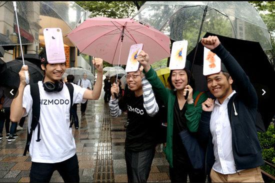 """头顶""""iphone""""在雨中等候的果粉"""