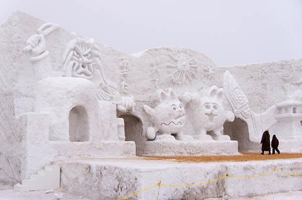 岩手冰雪节(Iwate Snow Festival)每年2月份在岩手县岩手郡雫石町的小岩井农场举行。 该冰雪活动始于昭和43年(1968年),每年的主题都不同。保留项目雪洞()、雪像、冰雕、大型冰雪滑梯、舞台演出等项目是必不可少的,每年10天左右的会期吸引大约30万人的游客。 尤其是这里的雪洞食堂项目,游客可以在雪洞里吃烤羊肉等,在看似冰库一样的雪洞里面吃着热腾腾的烤肉,成为冰雪节最吸引人的项目。游客也可租一辆马拉雪橇,感受雪野的乐趣。到了晚上,雪像被彩灯装饰起来,呈现出与白天全然不一样的景致。此