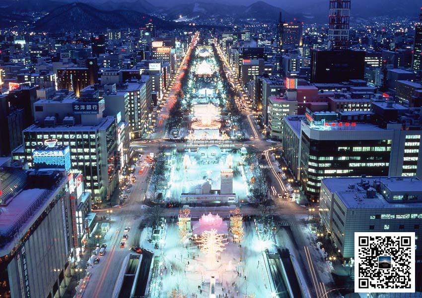 每年2月上旬,以札幌市内的大通公园为首的多个会场都会召开冰雪节,2016年将迎来第67届。 每年会吸引世界各地200多万人的游客来访,已成为北海道内最大的活动。 活动上,既有高达15m大雪冰像,也有市民参与创作的雪像,大大小小200多座的雪冰雕像会出现在游人面前。