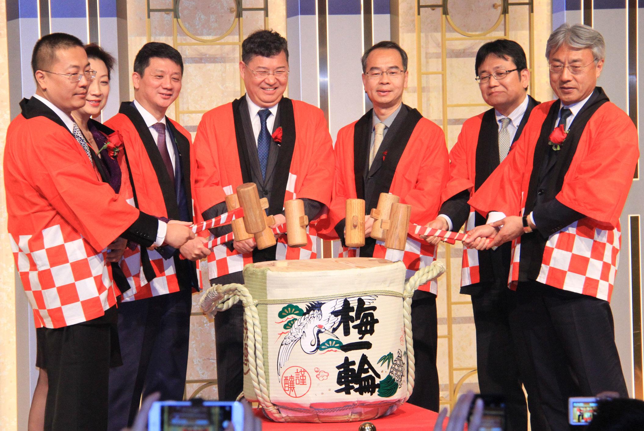 """中国绿地集团去年12月底宣布进入日本市场,与日本连锁免税店Laox(乐购仕)株式会社联合收购了位于日本千叶县千叶市的千叶海港城综合商业设施。28日,绿地集团和Laox在千叶海港城举办项目启动庆典,为双方共同设立的项目运营主体""""绿地乐购仕千叶合同会社""""揭幕。"""