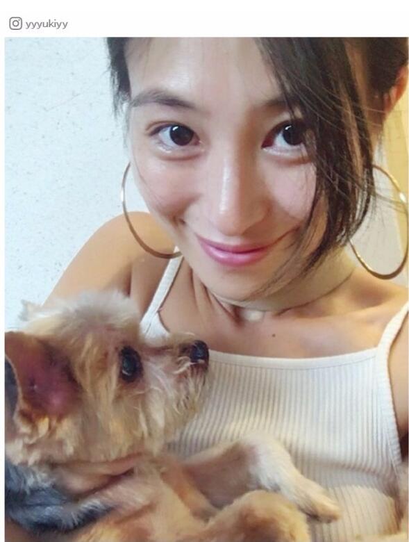 人民网东京9月18日电 日本频道综合日本时尚娱乐网站Modelpress报道,日本女模特山本优希在她的Instagram上传了素颜自拍照。 山本公开了和爱犬的自拍照尽显素颜自拍之美,并配上文字又是素颜,孩子们开始上幼儿园了我也要素颜。 大方晒素颜自拍获赞 比起化妆时的样子,她的无妆照片给人一种天真烂漫的感觉,高挺的鼻子,如水的肌肤尽显自然美。粉丝们对她的照片展开疯评太可爱了、肌肤柔软滑嫩、素颜太美了。 山本已经是两个孩子的母亲了。正如她所写的孩子们开始上幼儿园了我也要素颜一样,即便