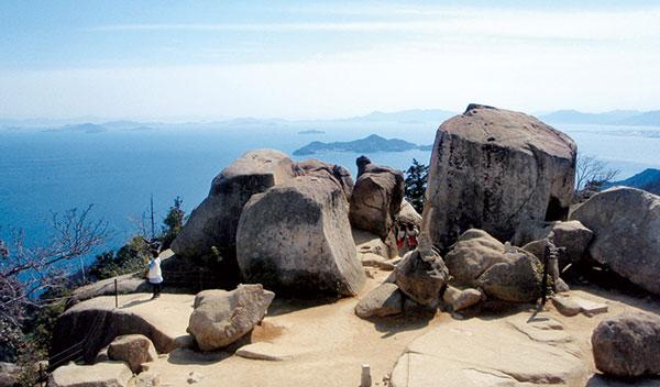 弥山()位于广岛市20km外的宫岛上,海拔535m,是宫岛的主峰,与严岛神社共同列入了世界遗产名录。 由于自古就作为神山受到敬仰,自然环境得到了很好保护,保存了原汁原味的生态环境,山上的原始林中还生长着很多珍奇动植物。 山顶附近有弘法大师开创的弥山本堂、以及日本唯一供奉鬼神的三鬼堂、大日堂等许多古刹。 从山顶的弥山展望台可以将濑户内海、四国山脉等景观尽收眼底。(编译张文倩 校对刘戈)