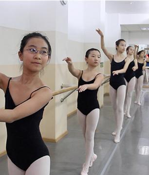 在芭蕾教室J-Ballet Studio学习芭蕾的孩子们