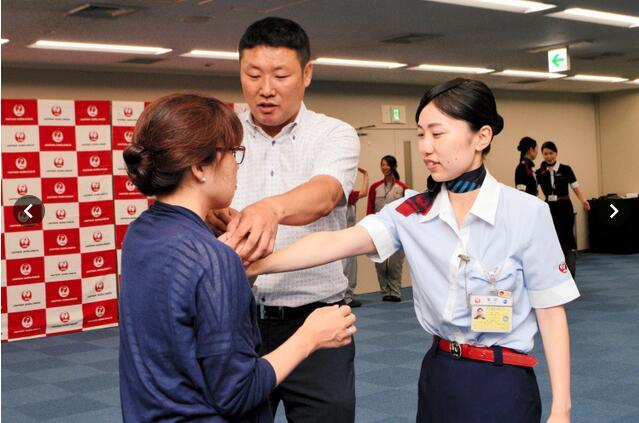 成田机场的日本航空女员工学习防身术