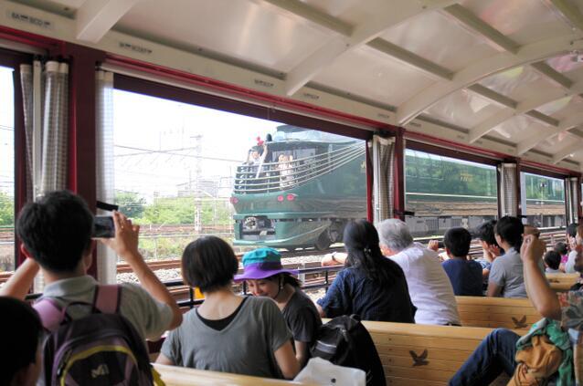 京都铁道博物馆可欣赏古老蒸汽火车与最新豪华列车并行