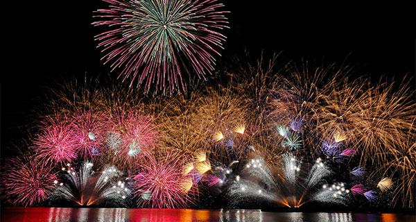 日本福井縣敦賀市8月中旬舉辦燈籠放流與焰火大會