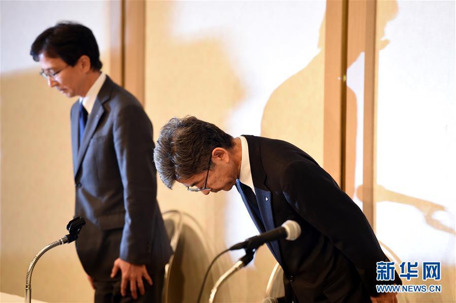 10月20日,在日本东京,日本神户制钢所(神钢)副社长梅原尚人(右)就其下属子公司篡改产品数据问题鞠躬致歉。