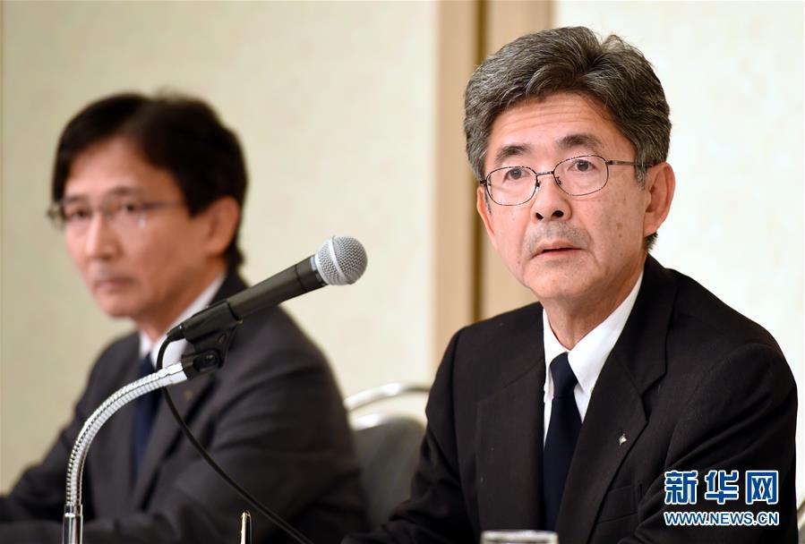 10月20日,在日本东京,日本神户制钢所(神钢)副社长梅原尚人(右)就其下属子公司篡改产品数据问题回答记者提问。