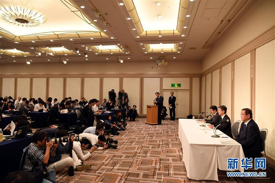 10月20日,在日本东京,日本神户制钢所(神钢)副社长梅原尚人(右二)就其下属子公司篡改产品数据问题回答记者提问。