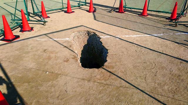 日本某中学操场发生塌陷事故 致两名学生受轻伤