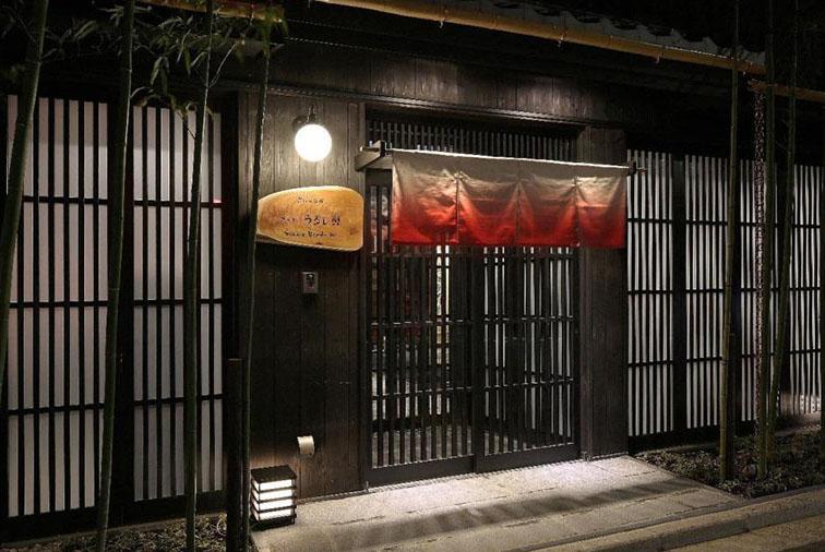 京都市充分考虑到民宿经营对居民生活的影响等因素,规定北区金阁寺和左京区南禅寺以外的市中心居住专用区域中,民宿仅允许在京都旅游淡季的1-2月份经营60天左右。这样的规定,也是充分考虑到了保护居民的生活环境,防止发生纠纷。不过,在居住区域内的町家家(注:一种兼具门面和居住的古老商住两用京都风格的临街建筑)则不受60天上限的限制。会议认为,京町家用于商住不仅可以保护京都风的街景,也是对京都市旅游的有益补充。