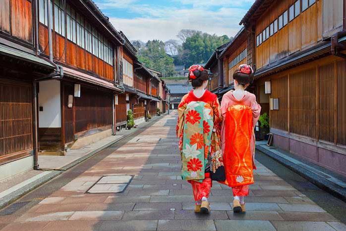 """规范民宿经营的的""""民宿新法""""《住宅宿泊事业法》将于2018年6月正式实施。在此背景下,为找到符合当地实情的民宿监管条例,京都市10月25日召开了了专家学者研讨会。按照去过法律规定不允许开设宾馆、旅馆的""""住宅专用地区""""经营的民宿,为防止民宿影响居民日常生活,会议提出,在这样的居住专用区域的民宿仅允许在旅游淡季的1-2月份经营60天左右。"""