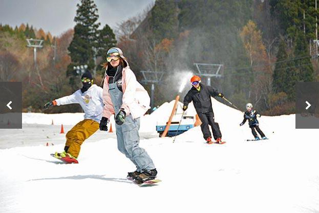 位于岐阜县郡上市白鸟町石彻白的WingHills白鸟度假村10日正式开板首滑,率先在岐阜县开始了今冬的滑雪季。首滑当天,大约300名等待已久的雪友在雪道上享受了单板与双板的乐趣。从10月1日开始,滑雪场就开始用人工造雪机造雪,经过数天的造雪,约800吨的人工雪铺设了长约1公里宽约7米积雪厚度约1米的雪道。雪场总经理木下靖表示,天气预报预测本周将迎来寒潮,期待能带来更多的降雪。