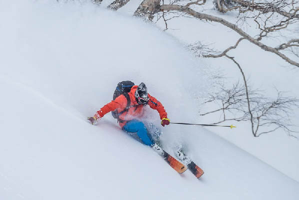 """10月26日,在世界滑雪圈享有盛誉的北海道、长野县、新��县三地的滑雪度假村在英国伦敦举办了冬季运动旅游商品展览会暨研讨会""""单板&双板SHOW"""",来自三地旅游界的相关人员出席了会议,向英国滑雪爱好者宣传三地的粉雪资源。今年,访日外国游客人数在9月份突破2千万人次,并依然在快速递增。为了在看似旅游淡季的冬季也能吸引更多的外国游客,挖掘冬季旅游市场,三地在日本政府旅游局伦敦事务所等机构的策划下,召开了本次会议。"""