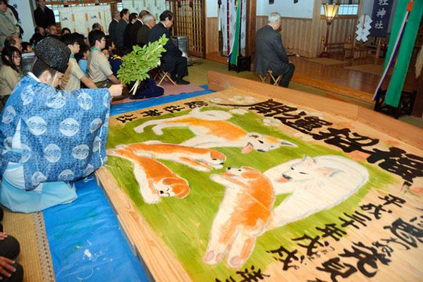 巨型绘马亮相日本秋田市神社5只秋田犬活泼可爱迎新年