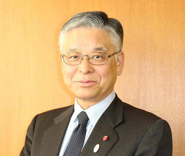 """祝大家新年快乐!今年是日中和平友好条约缔结40周年这样一个值得纪念的年头,以此节点为契机,为使日中两国相互交流越来越频繁,相互理解不断深入,我们将为此努力工作。2018年也希望大家为了寻求""""治愈""""来到日本,好好享受一下日本。衷心期待大家的到来。"""