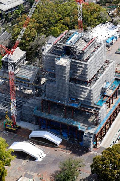 日本熊本城大天守震后2年铺新瓦