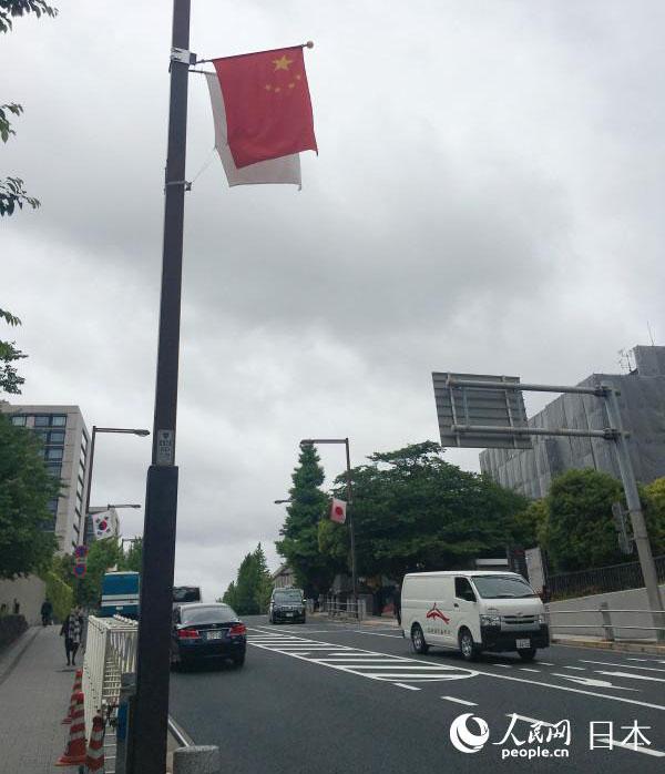 李克强出席第七次中日韩领导人会议 东京街道悬挂中日韩国旗