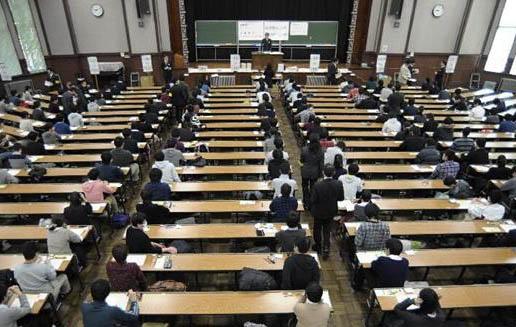 """日本首相安倍晋三提出将在2025年高考中新增""""信息科目"""""""