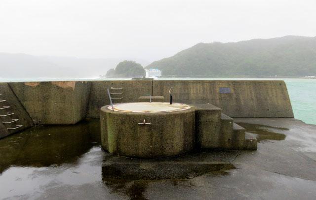 台风过境奄美地区 一座灯塔被连根拔起消失不见