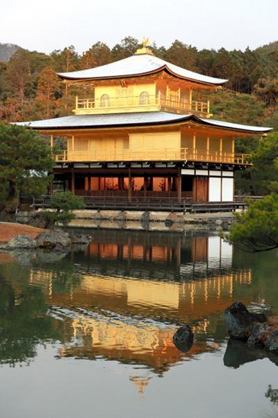 京都降雪 金阁寺展现雪顶绝景(图片来源:朝日信休网站)