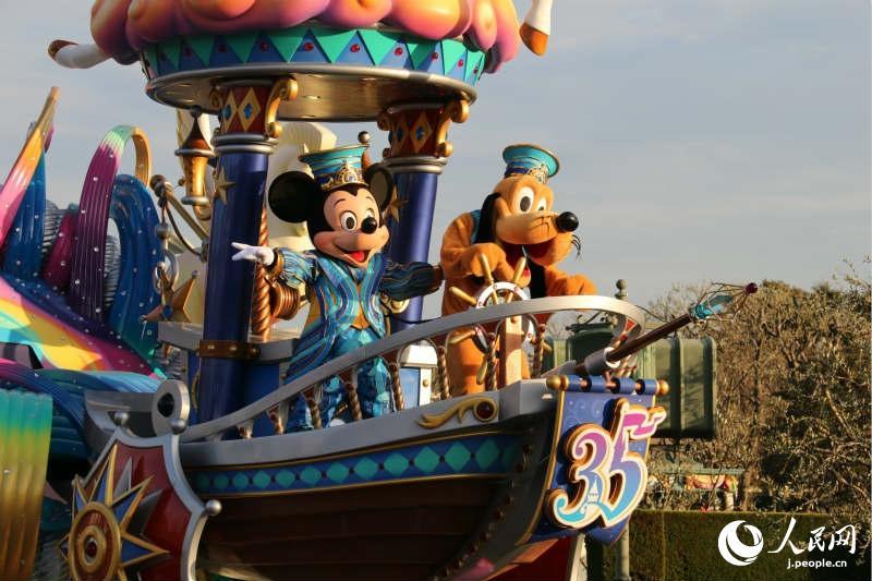 """东京迪士尼乐园举行的日间游行表演活动""""奇想腾飞!""""现场。(摄影·木村雄太)"""