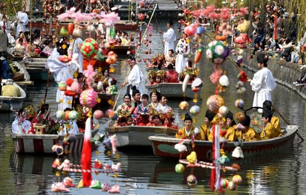 日本水乡柳川举行女儿节水上巡游活动