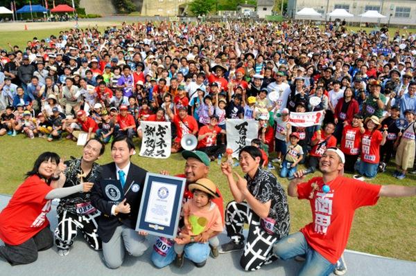日本广岛695人同时玩剑玉 刷新吉尼斯世界纪录(图片来源:朝日新闻网站)