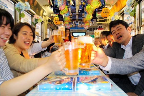"""日本豐橋鐵道再度推出""""納涼啤酒電車"""" 邊喝啤酒邊欣賞風景"""