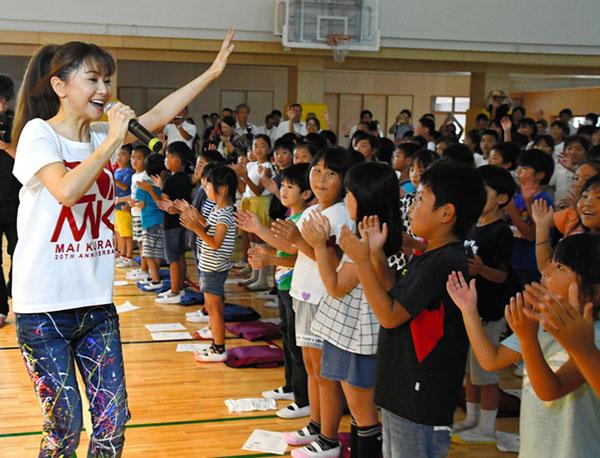 日本着名歌手仓木麻衣慰问千叶县受灾学校学生并献歌