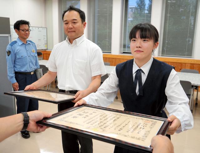 日本女高中生追击100米帮助抓偷包贼警方赠送感谢状