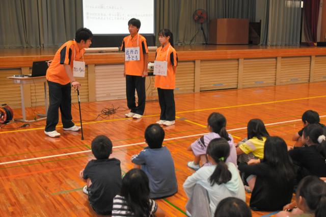 日本高中生为小学生举行老年痴呆症讲座 从小培养护理人才