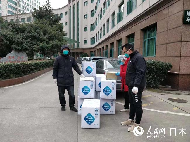 千套防护服运抵武汉市中央医院。
