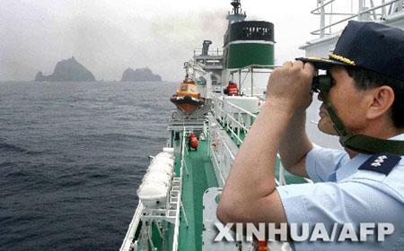 """7月1日,在韩日两国有主权争议的独岛(日本称""""竹岛"""")附近海域,一名韩国"""