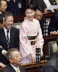 组图:日本美女和服穿夫妻亮相国议员档出席美女打的钉图片