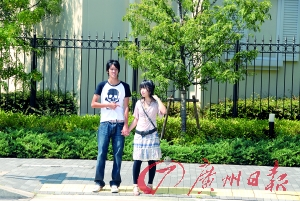 校服与黑女生裤:日本街头两道景v校服的紧身图片