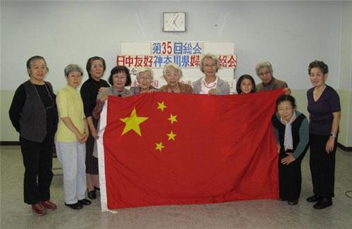 部分参加者手持中国国旗合影.段跃中摄