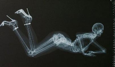 日本推出x光版骨感美女日历