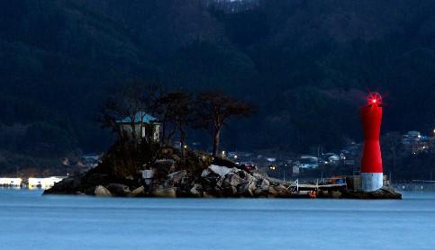 蓬莱岛灯塔亮灯(图片来源:朝日新闻)