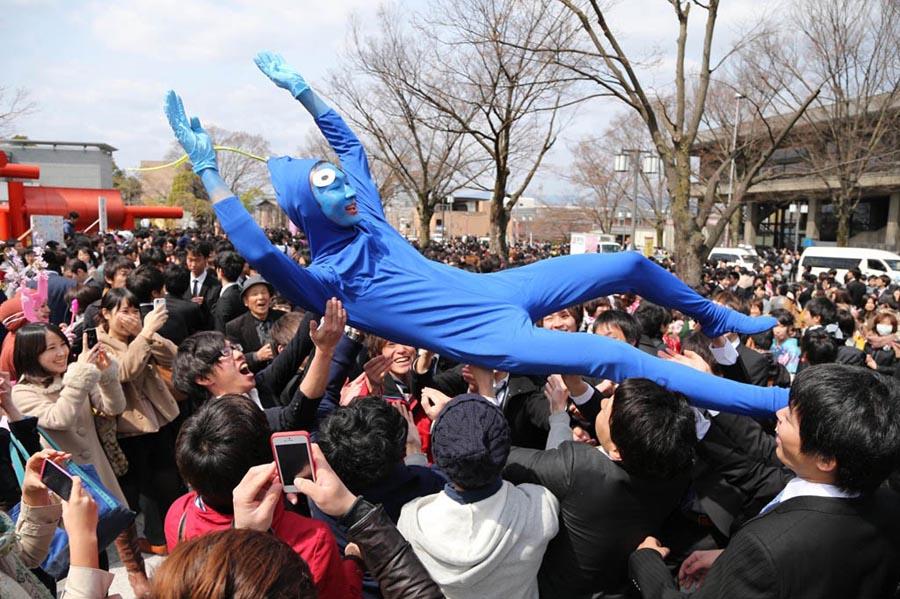 日本京都大学生用各种奇葩装扮庆祝毕业 (6)