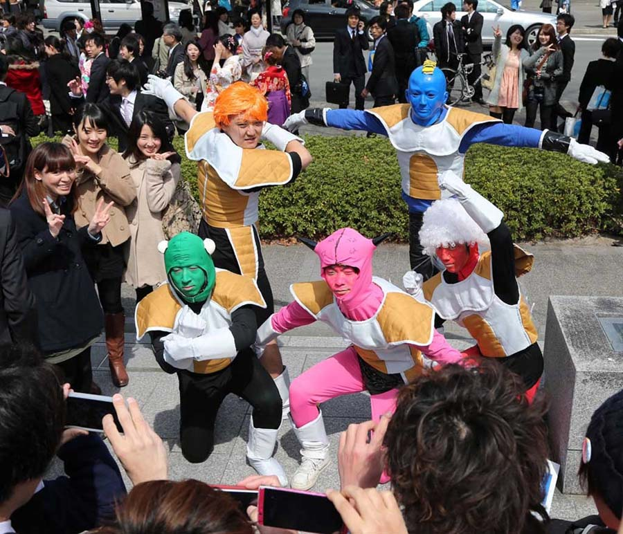 日本京都大学生用各种奇葩装扮庆祝毕业 (4)